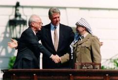 Yitzhak Rabin, Bill Clinton, Yasser Arafat dalam Kesepekatan Oslo (kenraggion.com)